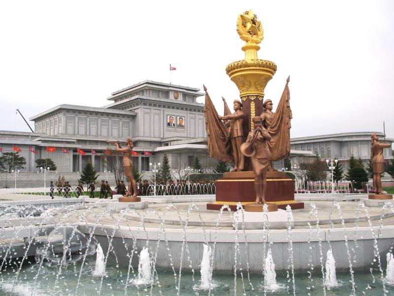 تصویری از نمای رو به رویی کاخ یادبود کامسوسان
