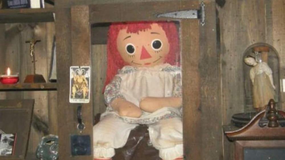عروسک آنابل واقعی نگهداری شده در موزه وارن ها
