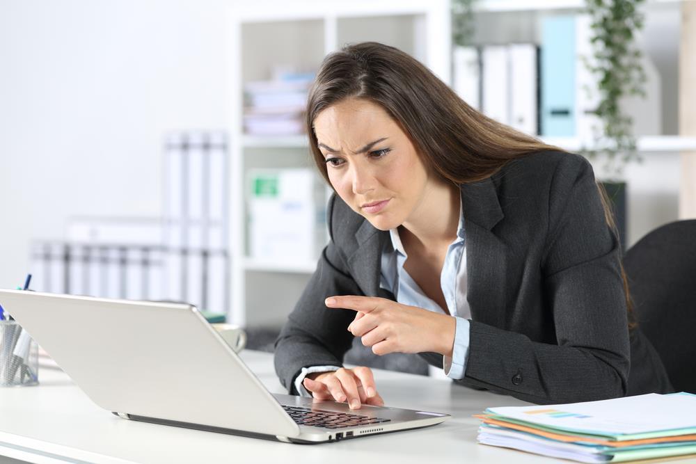بررسی ایمیل ها و پاسخ ندادن به ایمیل های مشکوک
