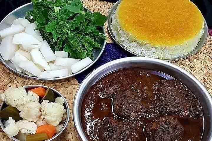 خورشت سبزی فسنجان از غذاهای لاهیجان